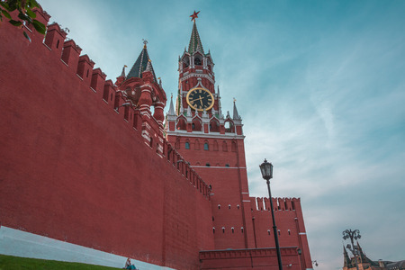 difficult lives: the little person sits at a wall of the Kremlin - the scale of the person and the present power