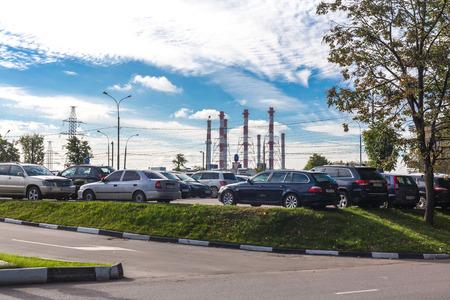 arbol de problemas: Moscú, Rusia - 29 septiembre, 2015: Fuentes de intensidad ecológica en la megalópolis - fábrica de tuberías y tubos de escape de los automóviles. Editorial