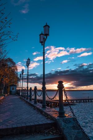 llegar tarde: En pocos minutos el sol al atardecer partirá a las lámparas horizonte y la noche que a finales de los pescadores llegaron se encenderán las casas