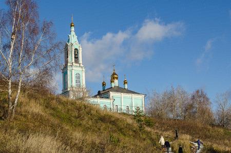 sanctity: Tempio ortodosso di Natale Beata Vergine sulle colline Krylatsky a Mosca in autunno. Archivio Fotografico