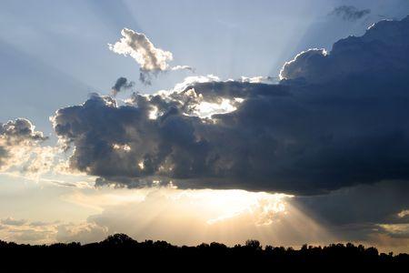 雲の切れ間から光の壮大な夕日. 写真素材