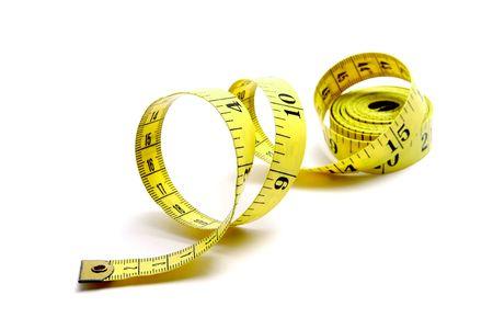 角度のついた: カール黄色測定テープ白い背景の上に左 。