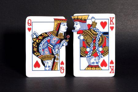 Koning en koningin van de harten speelkaarten hof elkaar. Stockfoto