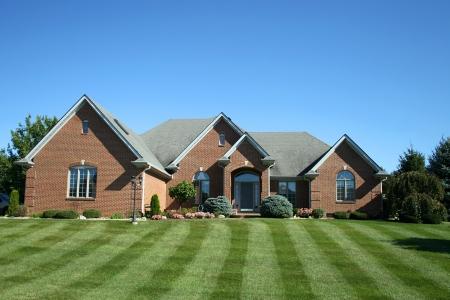 郊外の 2 階建ての家