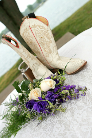bride's boots, bouquet, and handbag. Фото со стока - 1696157