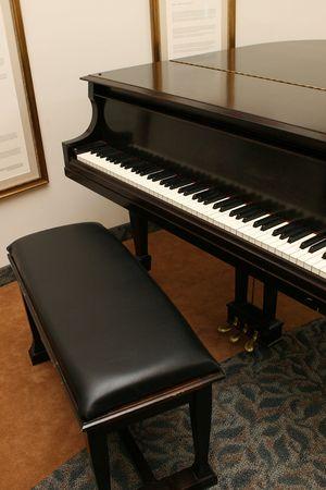 piano en bankje in een gebouw