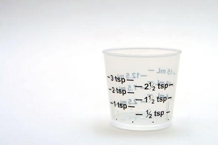 dosaggio: dosaggio coppa su sfondo bianco, in basso a destra Archivio Fotografico