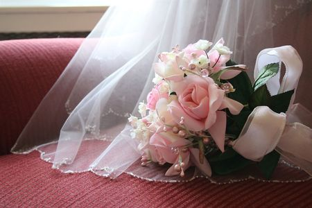 Bride's bouquet with details of veil. Фото со стока