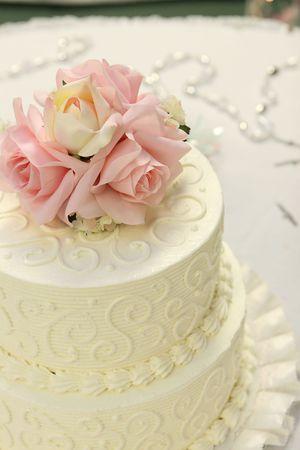 Details zu den traditionellen Hochzeitstorte mit rosa Rosen und Rahm.  Standard-Bild - 3423092