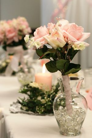 Toss bouquet in glass vase at a reception. Фото со стока