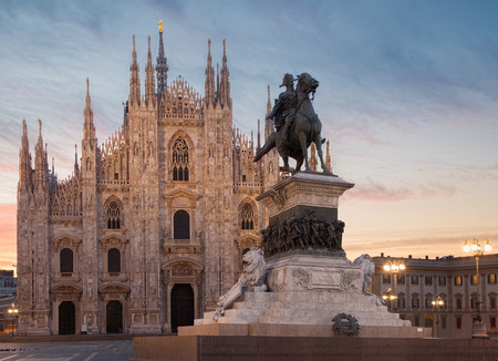 Milan Cathedral with Vittorio Emanuele II 版權商用圖片 - 30213016