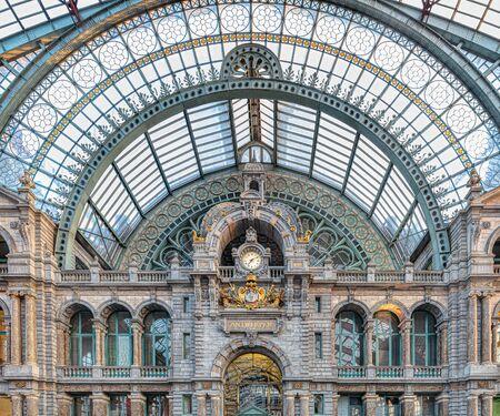Słynny stary zegar na fasadzie starego pięknego dworca kolejowego w Antwerpii