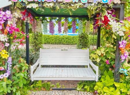 silla de madera: Blanco Silla de madera colocado en el parque. Utilizar como fondo o espacio de la copia. Foto de archivo