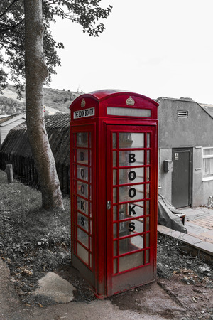 cabina telefonica: Mostrando una cabina telef�nica convertido en un recurso compartido libro.
