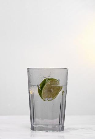 segmento: Mostrando un vaso con un segmento de la cal se dej� caer en ella