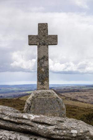 memorial cross: Que muestra una antigua cruz conmemorativa de la primera guerra mundial, en Dartmoor por Poundsgate y Dartmeet