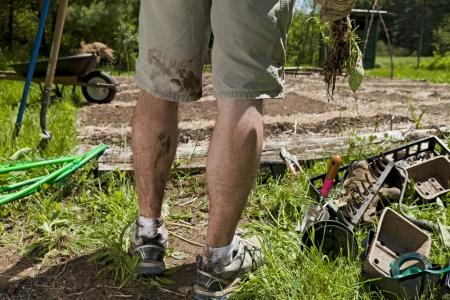 Ein junger Mann die Beine sind schmutzig nach Gartenarbeit Standard-Bild - 20181062