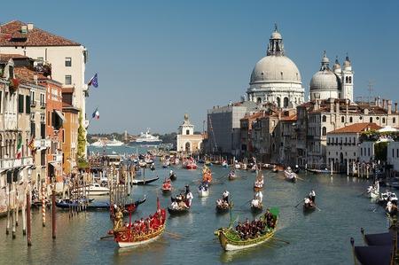 Venecia Regata Storica. Góndolas en Gran Canal.  Foto de archivo