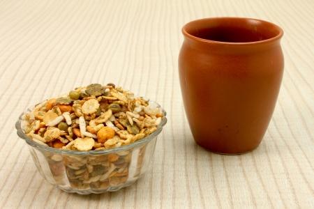 namkeen en recipiente de vidrio con la taza de cer�mica