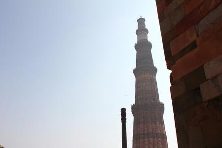 Qutub minar con pilares de hierro en el cielo azul Foto de archivo