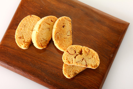 galletas en la mesa de bloque de madera Foto de archivo