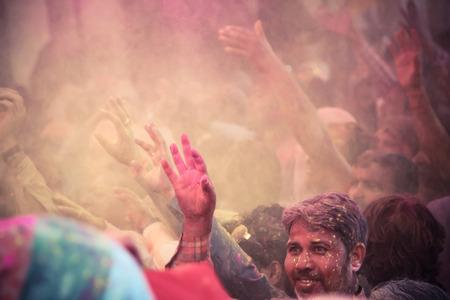 BARSANA - 09 de marzo: Los devotos celebran la tradicional y un ritual de Holi en Radharani templo en 09 de marzo 2014 en Barsana, India. Holi es el festival m�s famoso y colorido en la India.