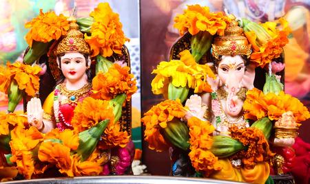 Lakshmi diosa y Ganesha estatua, orar concepto