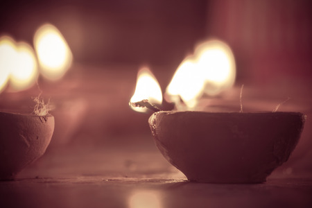 m�ltiples l�mparas de aceite encendidas en el festival de Diwali