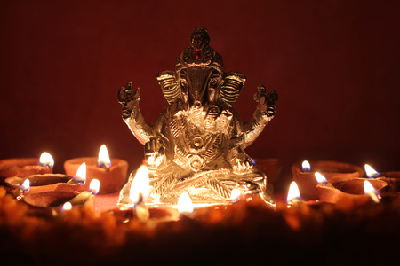 Se�or Ganesha estatua con l�mpara de aceite encendida alrededor Foto de archivo