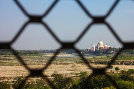 View of Taj Mahal from lattice jali in Agra, Uttar Pradesh, India. It was build in 1632 by Emperor Shah Jahan as a memorial for his second wife Mumtaz Mahal Foto de archivo