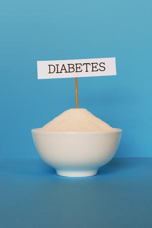 화이트 세라믹 컵 설탕과 당뇨병 기호