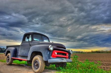 曇り空の下で古いシボレーのトラック 写真素材