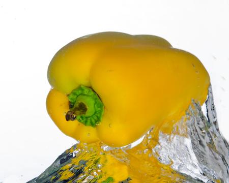 水から噴出、黄ピーマン