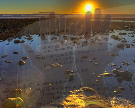 Les mains levées dans la louange au coucher du soleil Banque d'images - 47467698