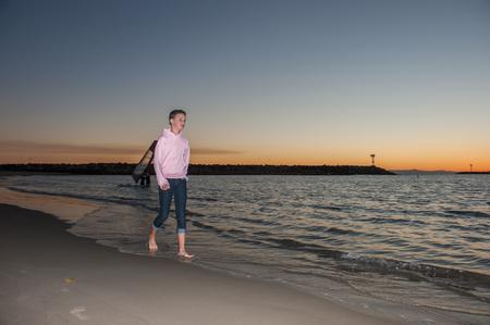 scalzo ragazze: A piedi nudi bambina cammina lungo la riva baia.