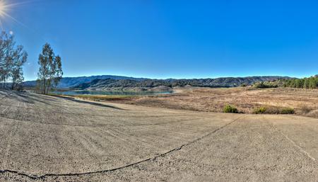 Californie sécheresse quitte le lac Casitas rampe de lancement au-dessus de la ligne de flottaison. Banque d'images - 51167130