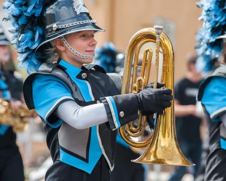 Adolescente jugador de saxofón en la banda de marcha. Foto de archivo