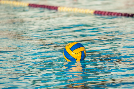 Floating water polo game ball buoyant in swimming pool. Stockfoto