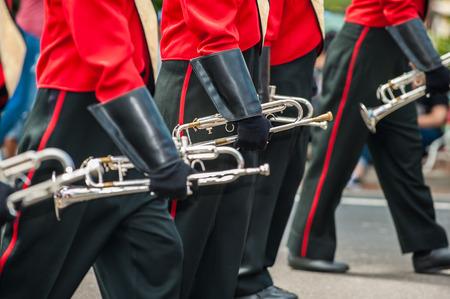 트럼펫 연주자들은 행진하는 밴드에 손을 댔습니다. 스톡 콘텐츠