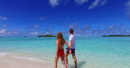 Maldivas Playa De Arena Blanca 2 Personas Un Joven Hombre Pareja