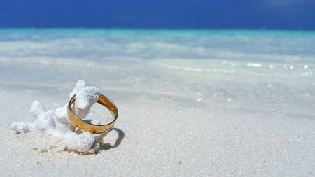 P00784 Maldives White Sandy Beach Wedding Engagement Gold Ring On Sunny Tropical Paradise Island With Aqua