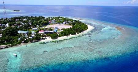 Мальдивы белый песчаный пляж тропические острова с беспилотными летающими птицами глаз с морской водой и солнечным небом Фото со стока