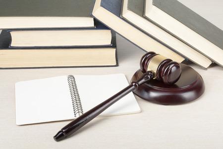 Libro con los jueces martillo de madera en la mesa