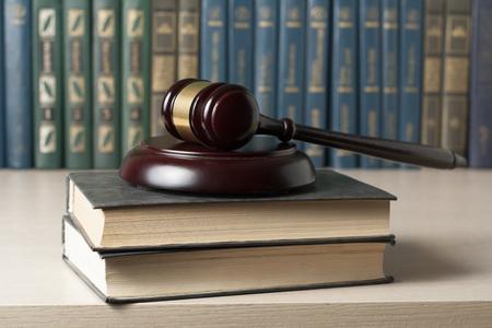 Libro con los jueces martillo de madera sobre la mesa en una oficina de sala o la ejecución Foto de archivo