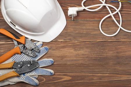 alicates: Conjunto de herramienta eléctrica en el fondo de madera. Accesorios para trabajos de ingeniería, el concepto de energía