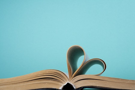 heart from book page 版權商用圖片