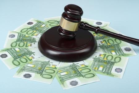 Concepto de derecho Concepto artístico sobre corrupción en la sociedad. Juez martillo y dinero en efectivo en la mesa de madera. Foto de archivo