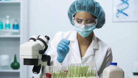 Trabajador de laboratorio recogiendo material biológico, investigación bioquímica.