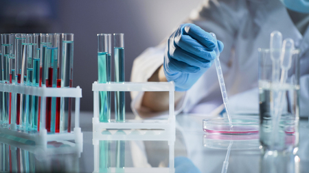 Mischenmischungsflüssigkeiten des Chemikers, die auf chemische Reaktion am Wissenschaftslabor warten