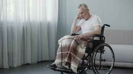 車椅子に座って窓を見つめ、家族を待っている高齢者 の写真素材・画像素材 Image 91995675.